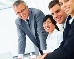 講師は学士・修士・博士号を持っており、社会経験と講師経験の豊富な方が講師です